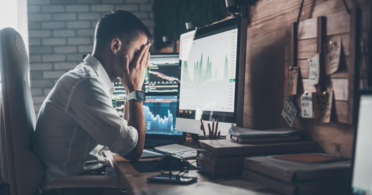 foto de um homem frustrado de frente para um computador, representando a inadimplência na contabilidade