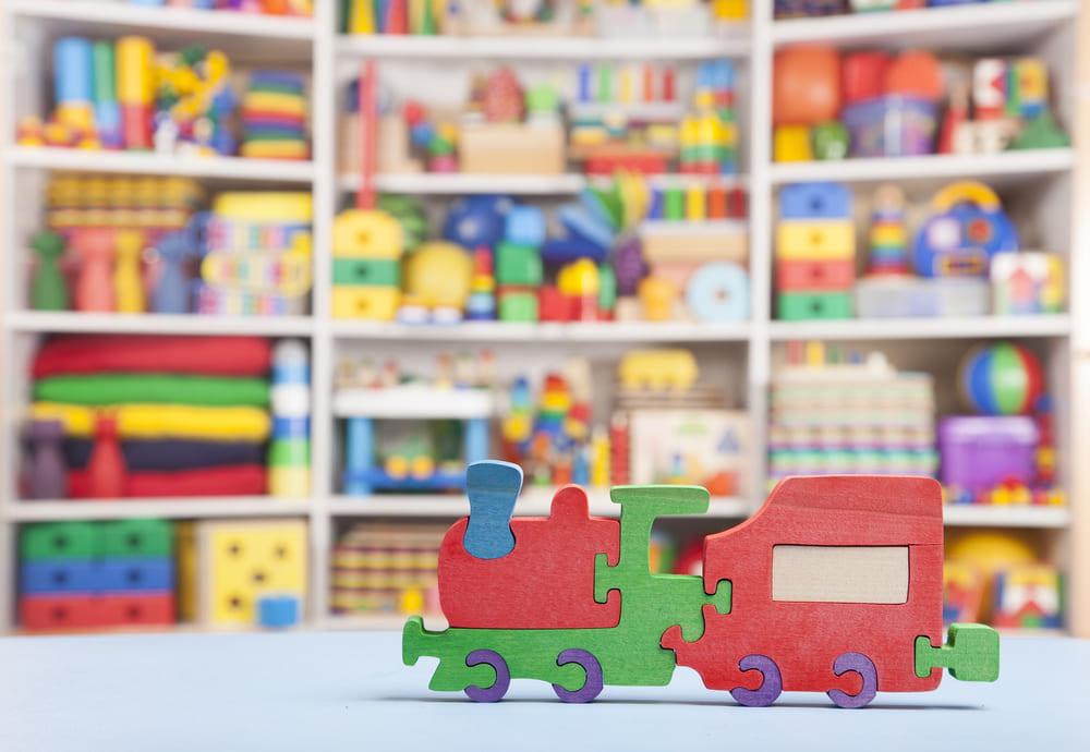 Foto de uma loja com um brinquedo em primeiro plano, representando como abrir uma loja de brinquedos