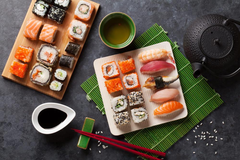 foto de um combinado de sushis, representando como abrir um restaurante japonês