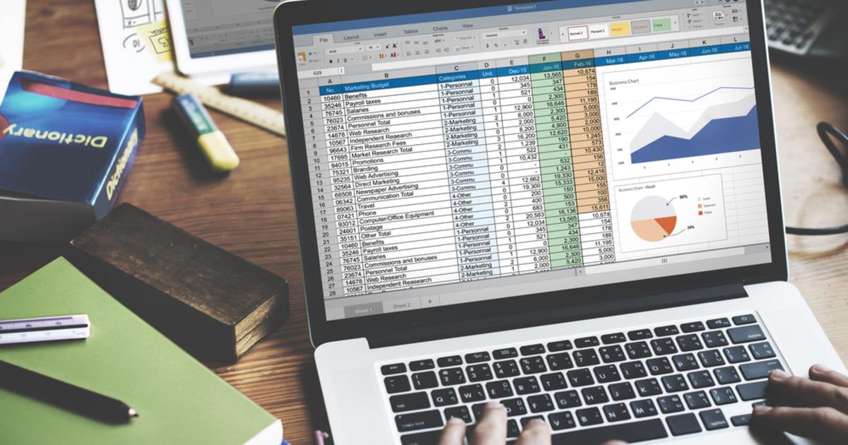 foto de uma pessoa mexendo em planilhas no computador, representando como terceirizar a contabilidade
