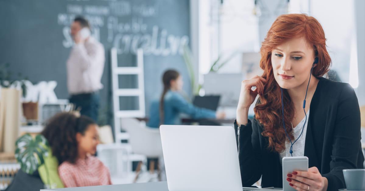foto de uma mulher trabalhando, representando como abrir uma agência de marketing