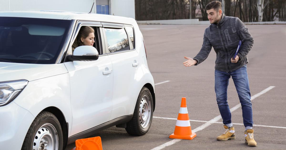 foto de um instrutor e uma aluna no carro, representando como abrir uma auto escola