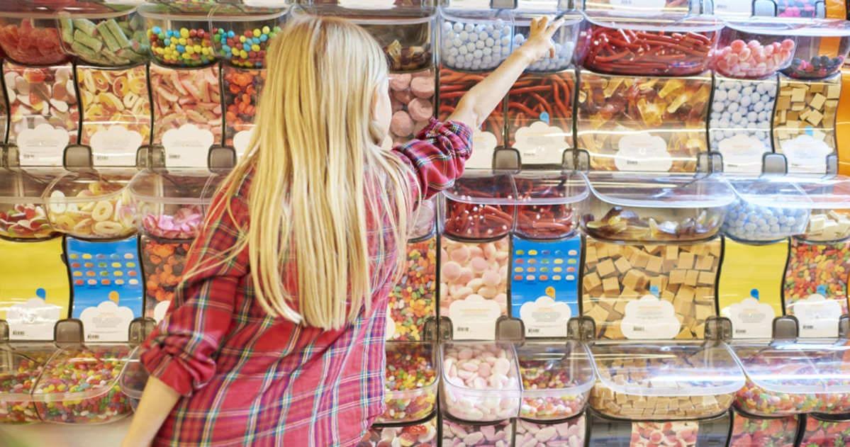foto de uma mulher escolhendo doces, representando como abrir uma bomboniere