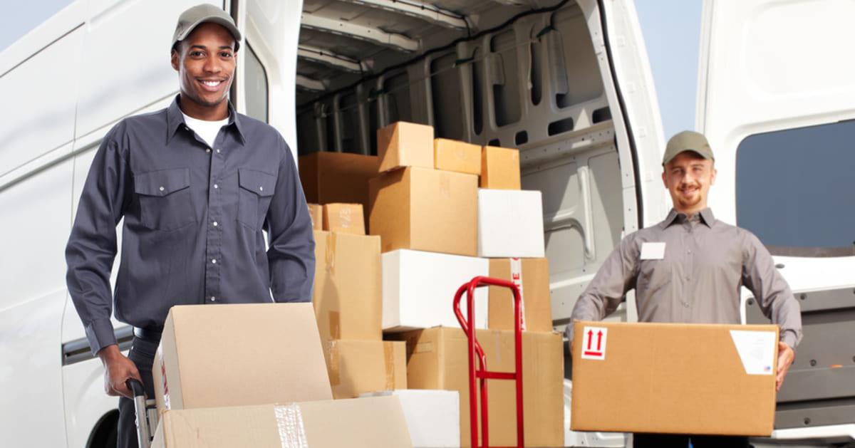 foto de dois homens descarregando um furgão, representando como abrir uma transportadora