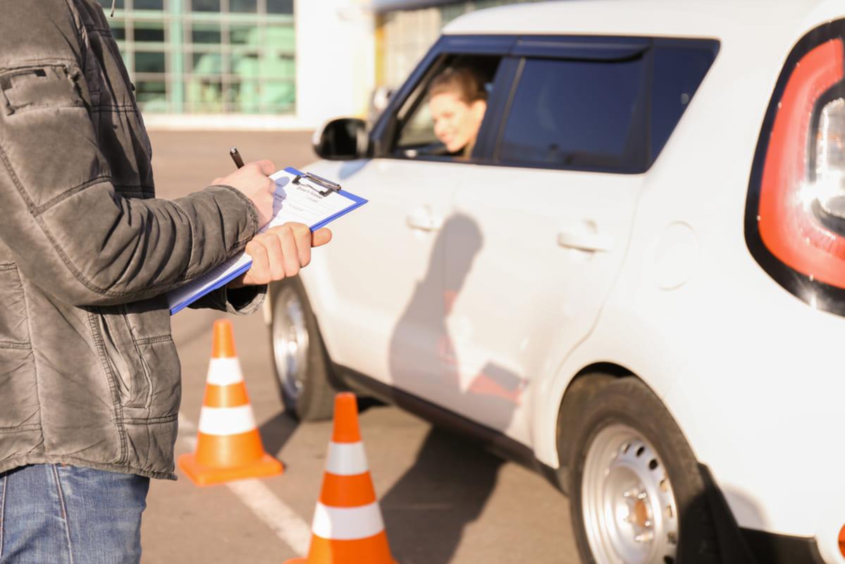 foto de um instrutor e uma aluna no carro orientando, representando os passos para abrir uma auto escola