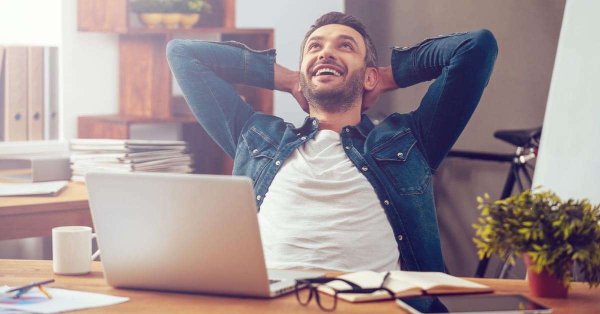 foto de um homem sorrindo, representando como abrir uma empresa