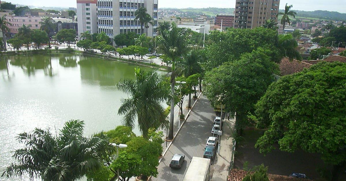 Foto de uma rua com um lago ao lado, representando contabilidade em sete lagoas