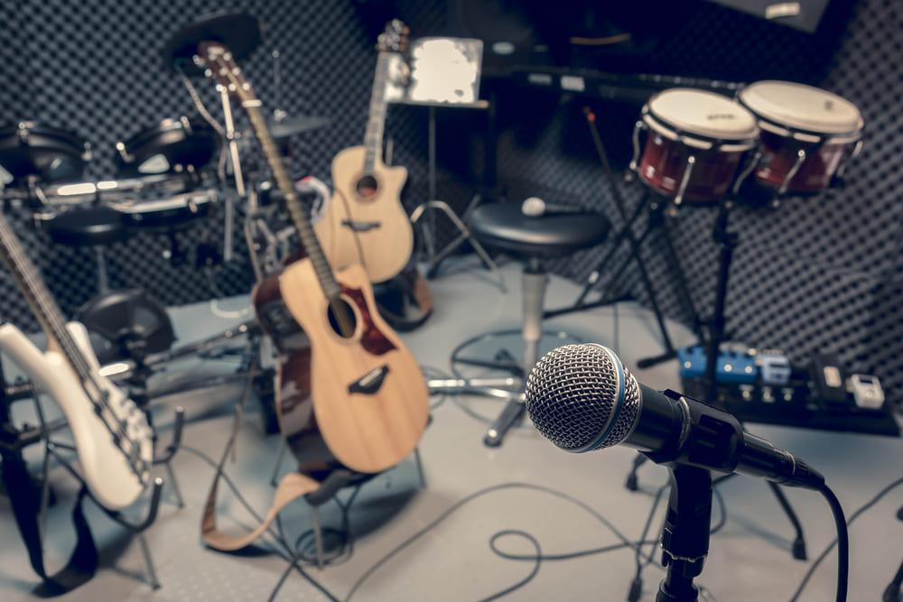 foto de vários instrumentos, representando como abrir um estúdio musical