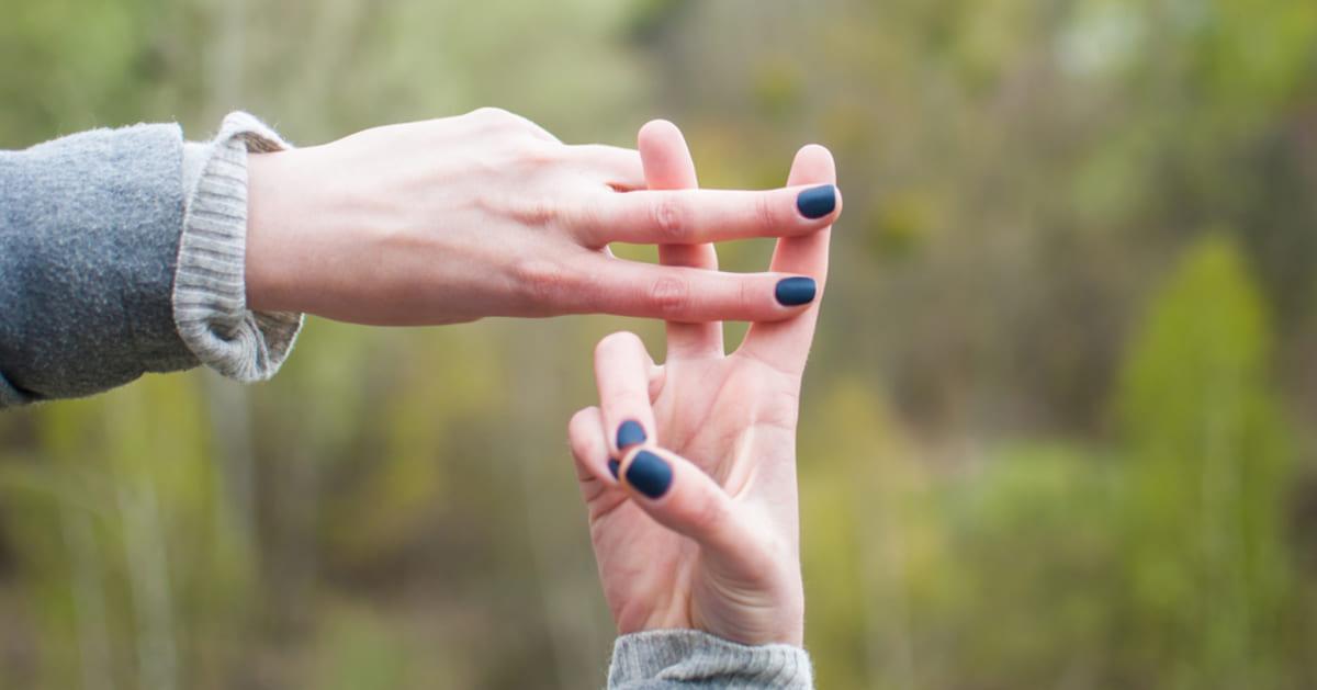 foto de uma mão fazendo o sinal da #, representando as hashtags para empresas