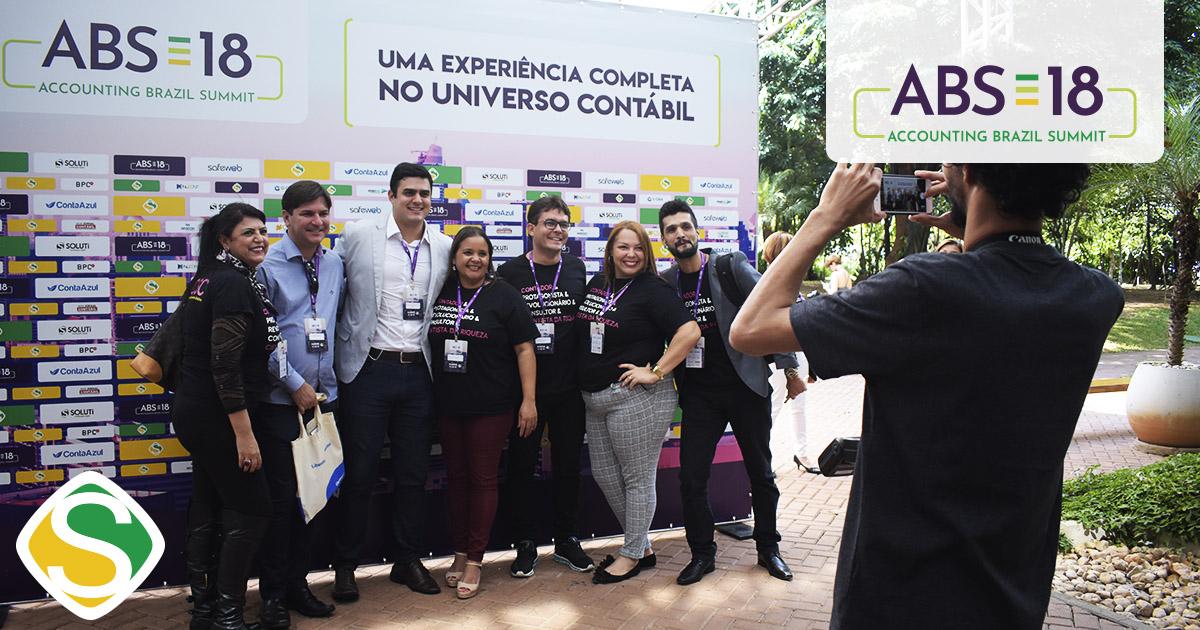 foto de participantes tirando foto no painel do evento, representando o sucesso do abs18