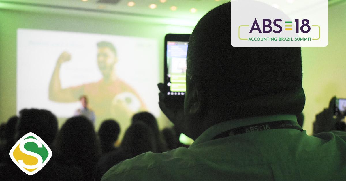 foto de um homem filmando a palestra, representando o sucesso do abs18