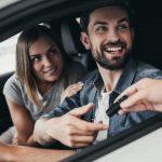 foto de duas pessoas dentro de um carro, representando como abrir uma locadora de veículos