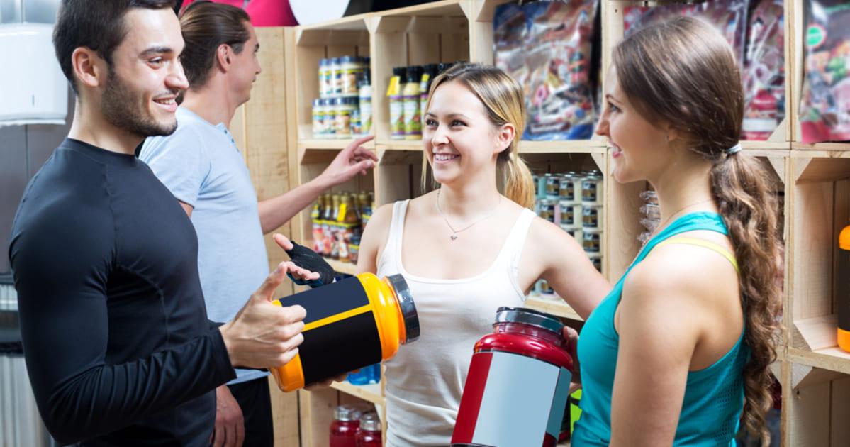 foto de duas mulheres e um homem em uma loja, representando como abrir uma loja de suplementos