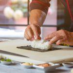 foto de um homem preparando uma comida japonesa, representando como abrir uma temakeria