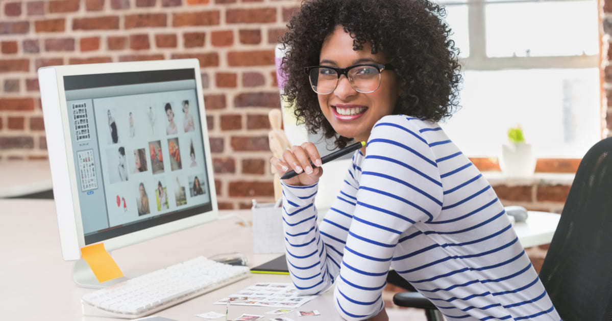 foto de uma mulher com um ecommerce aberto no computador, representando como empreender em alagoinhas
