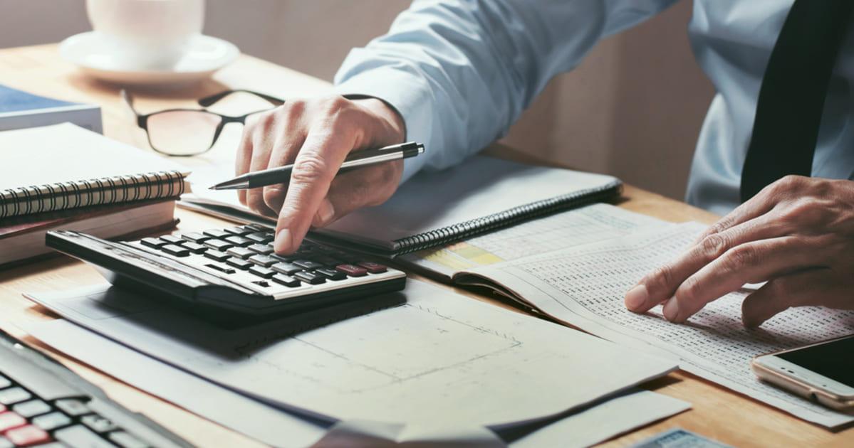 foto de um homem mexendo em uma calculadora, representando empreender em luziânia