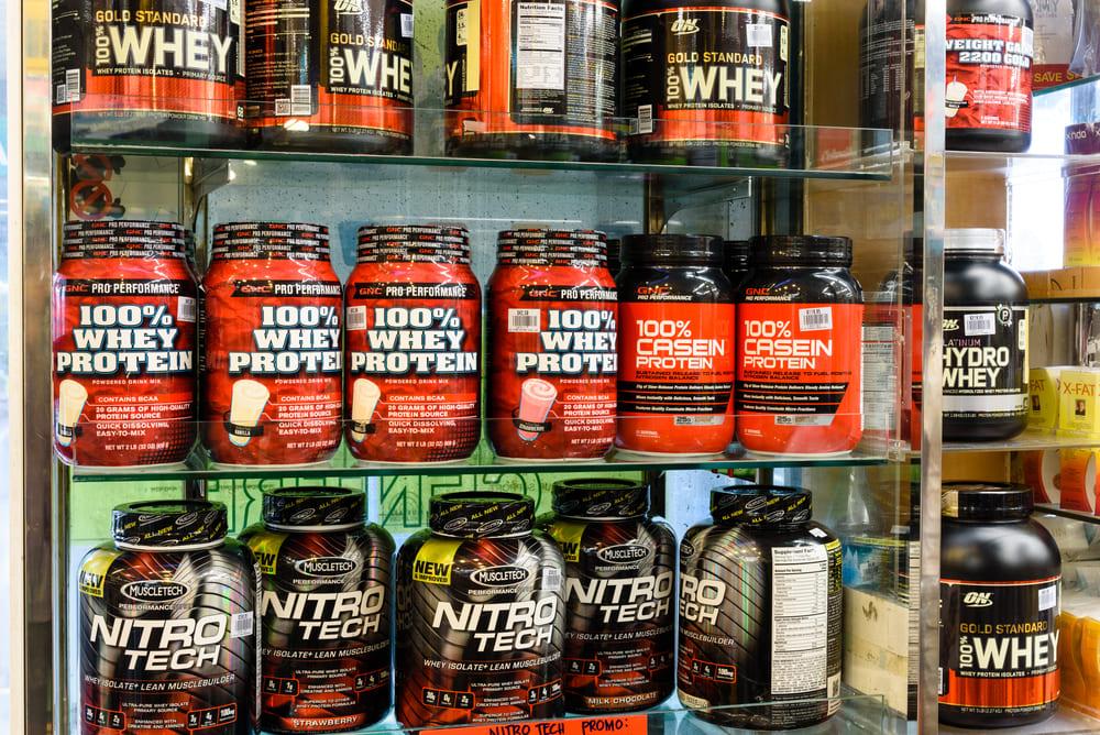 foto de uma loja com produtos na prateleira, representando como abrir uma loja de suplementos