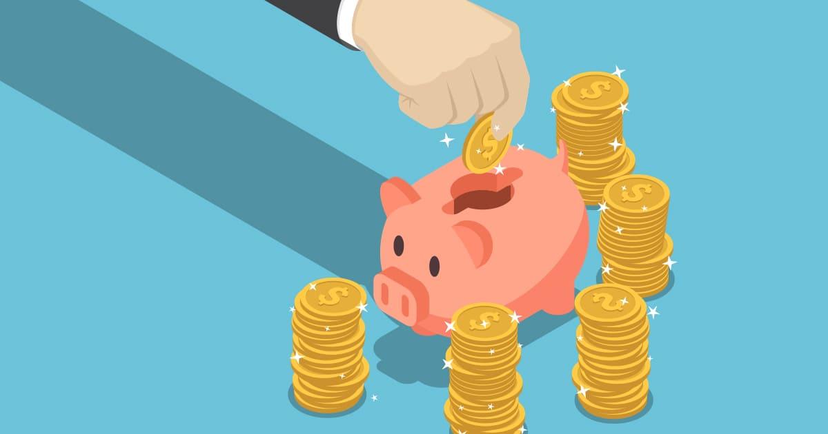 ilustração de uma mão colocando moedas em um porquinho de cofre, representando a reserva de emergência