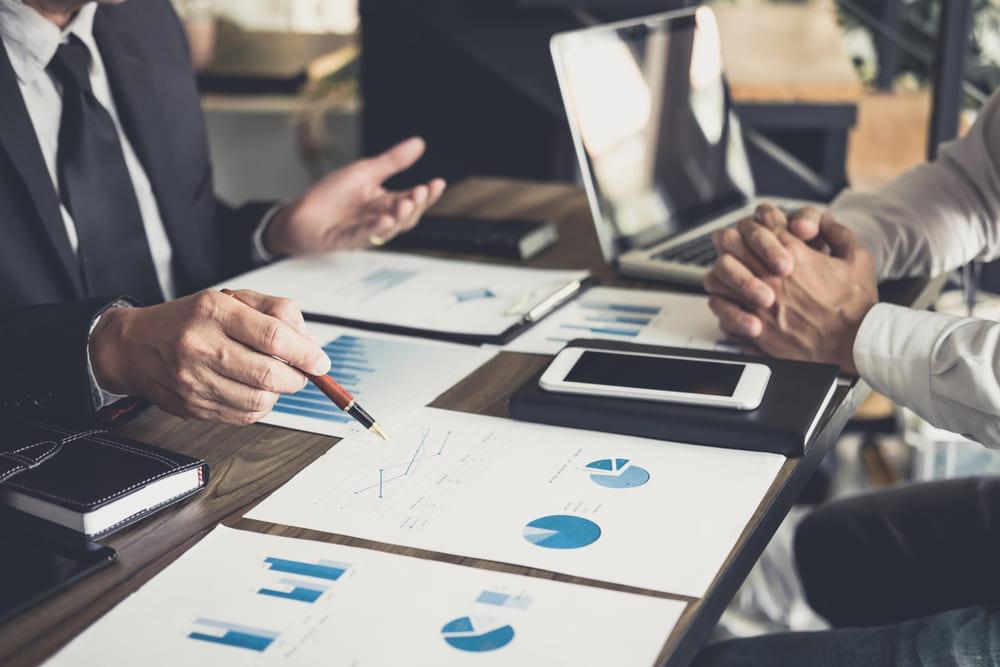 foto de um homem mostrando dados, representando a contabilidade consultiva