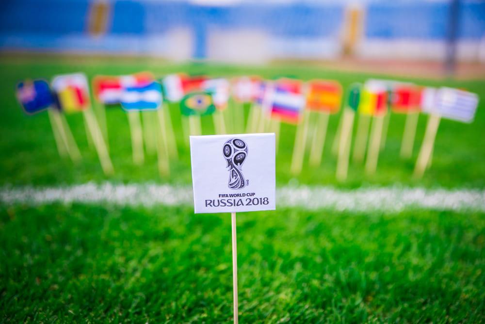 foto de um campo de futebol com as bandeiras dos países que vão participar da Copa do Mundo 2018