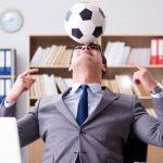 foto de um empresário no escritório com uma bola de futebol, representando o endomarketing para a copa