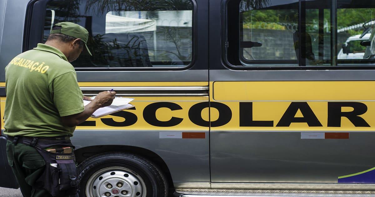 Fiscal fazzendo análise, representando como trabalhar com transporte escolar
