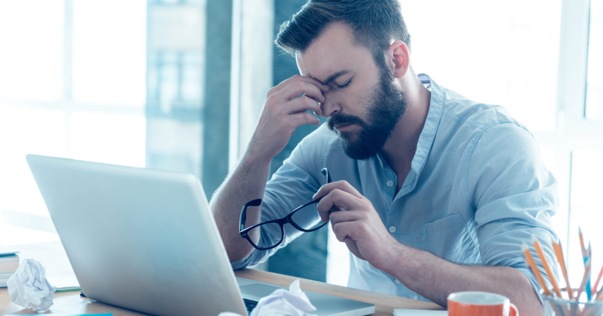 foto de um homem frustrado, representando o MEI cancelado