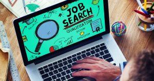 Pessoa procurando no seu computador para abrir uma agência de emprego