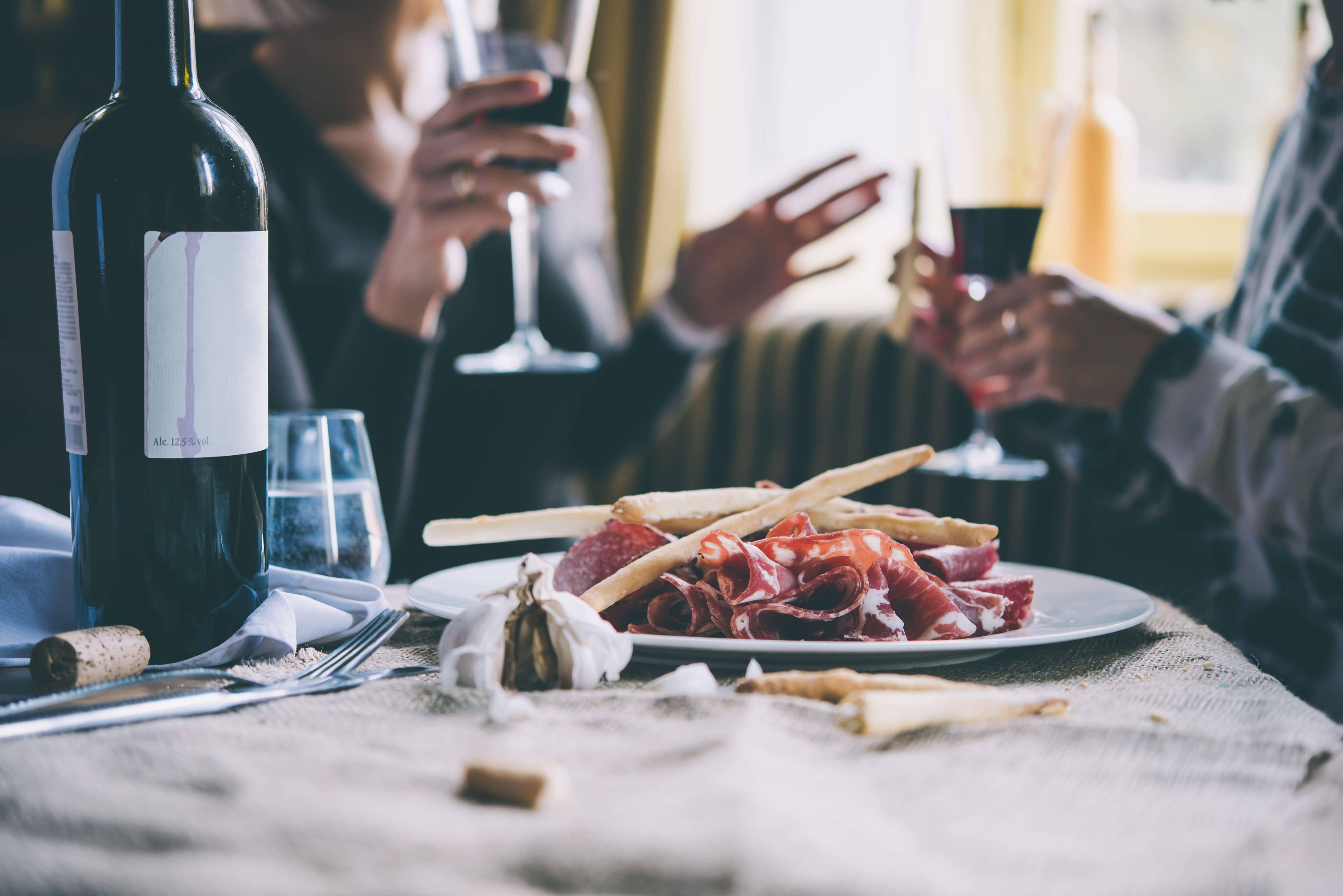 Imagem de pessoas comendo para estimular quem quer abrir um Bistrô