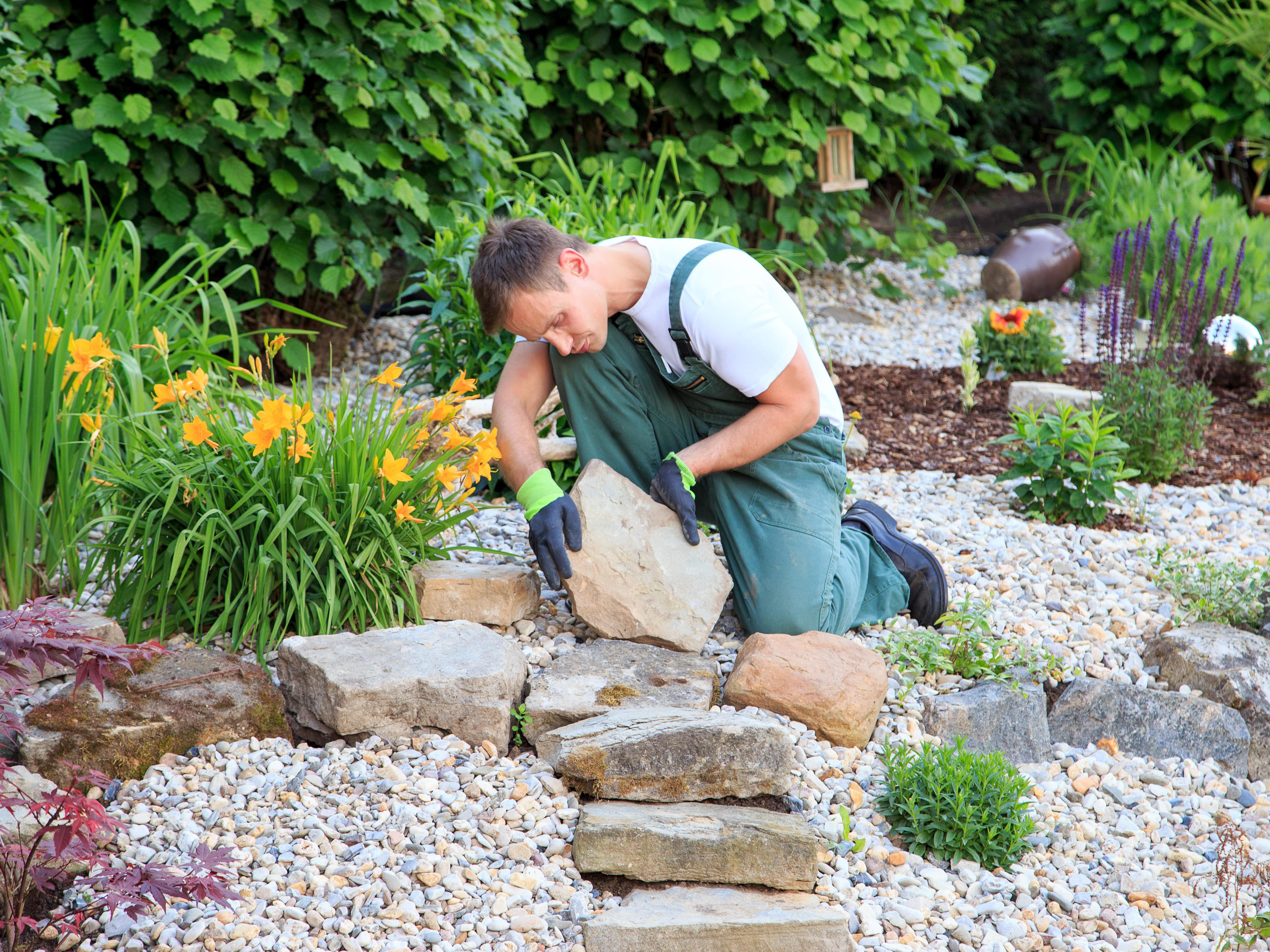 Foto de um profissional fazendo paisagens para inspirar o empreendedor que quer montar um serviço de paisagismo