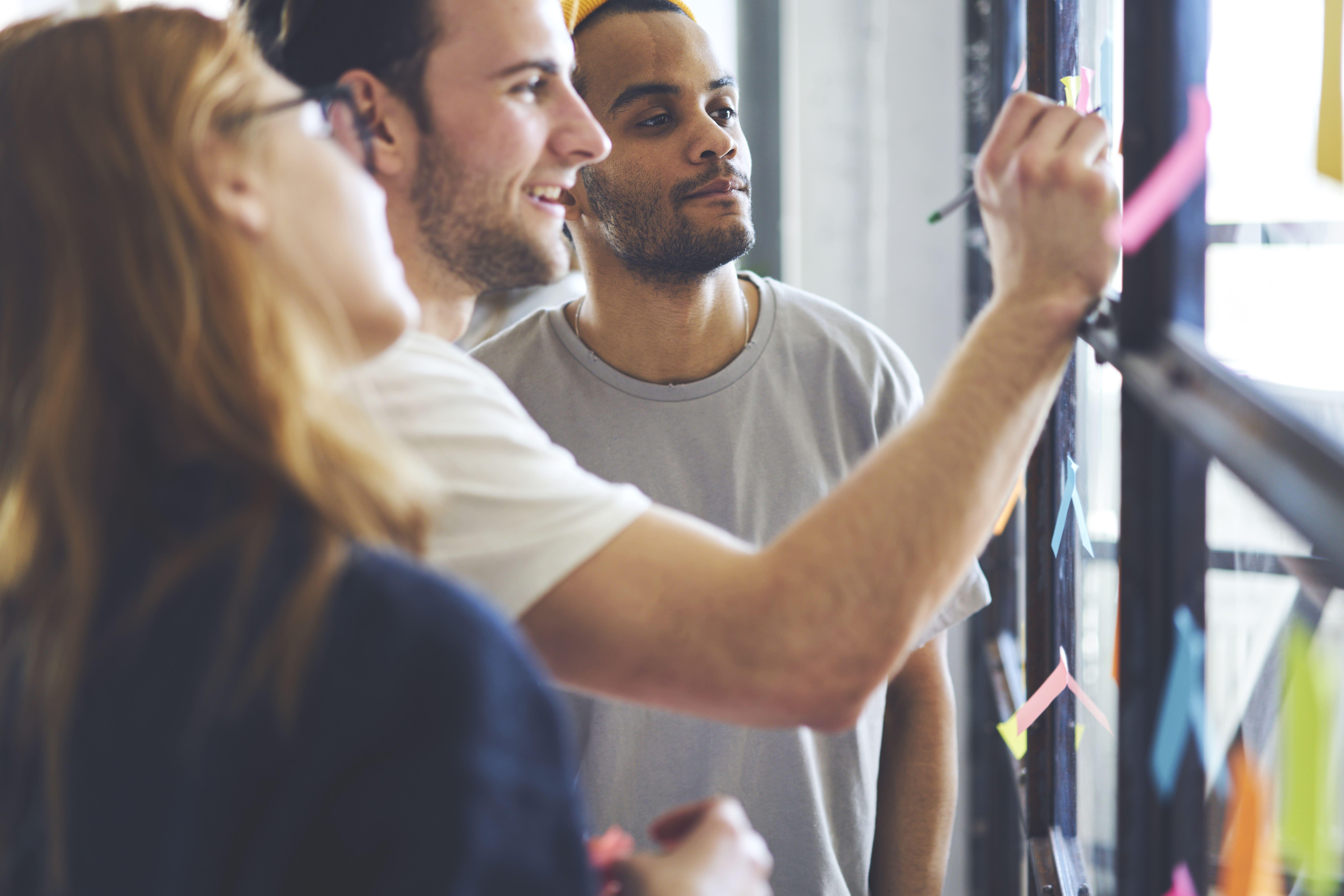 Imagem de pessoas planejando como vão aplicar a gestão de produtividade para melhorar resultados em sua empresa