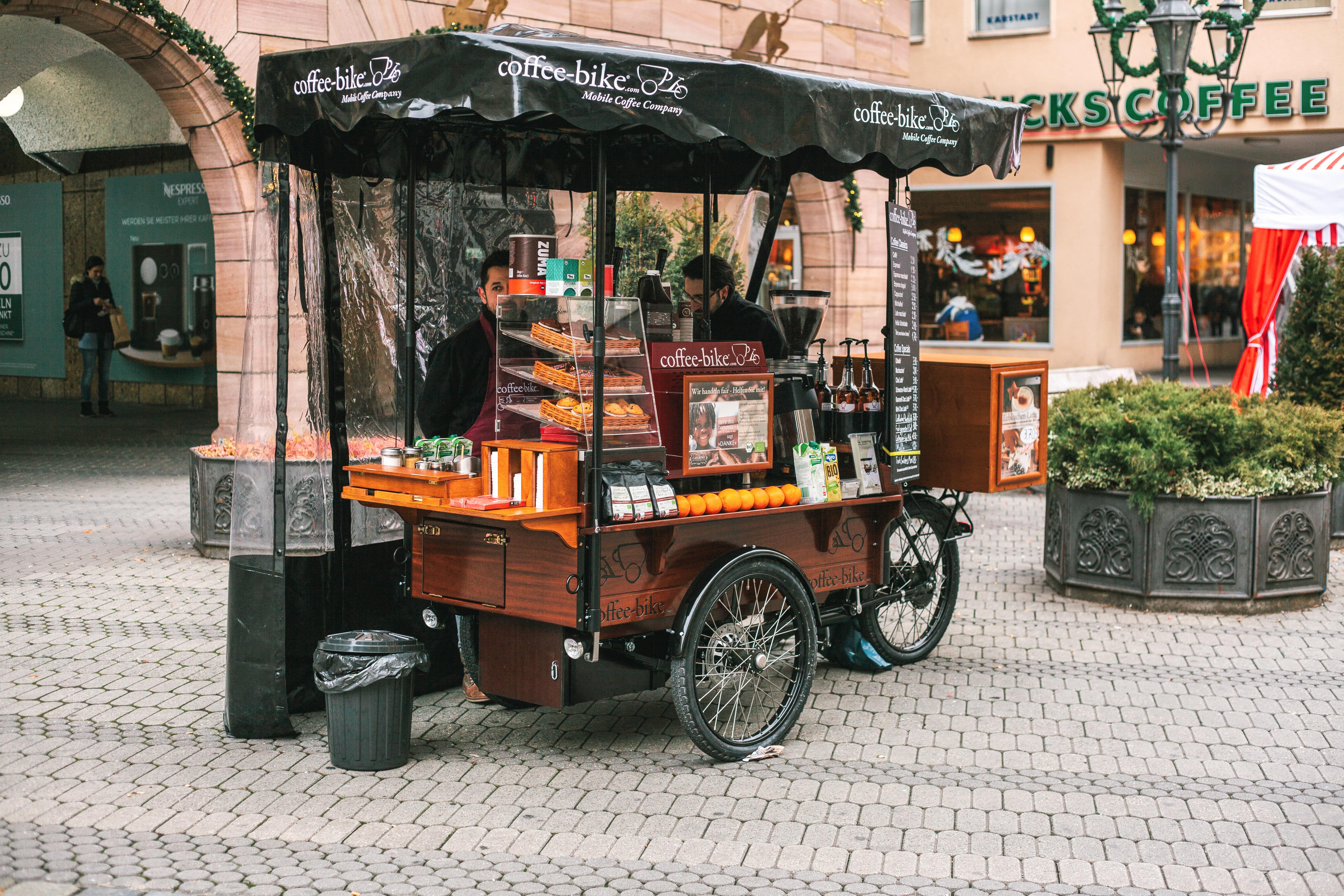 Imagem de pessoas trabalhando para quem quer abrir um Food Bike