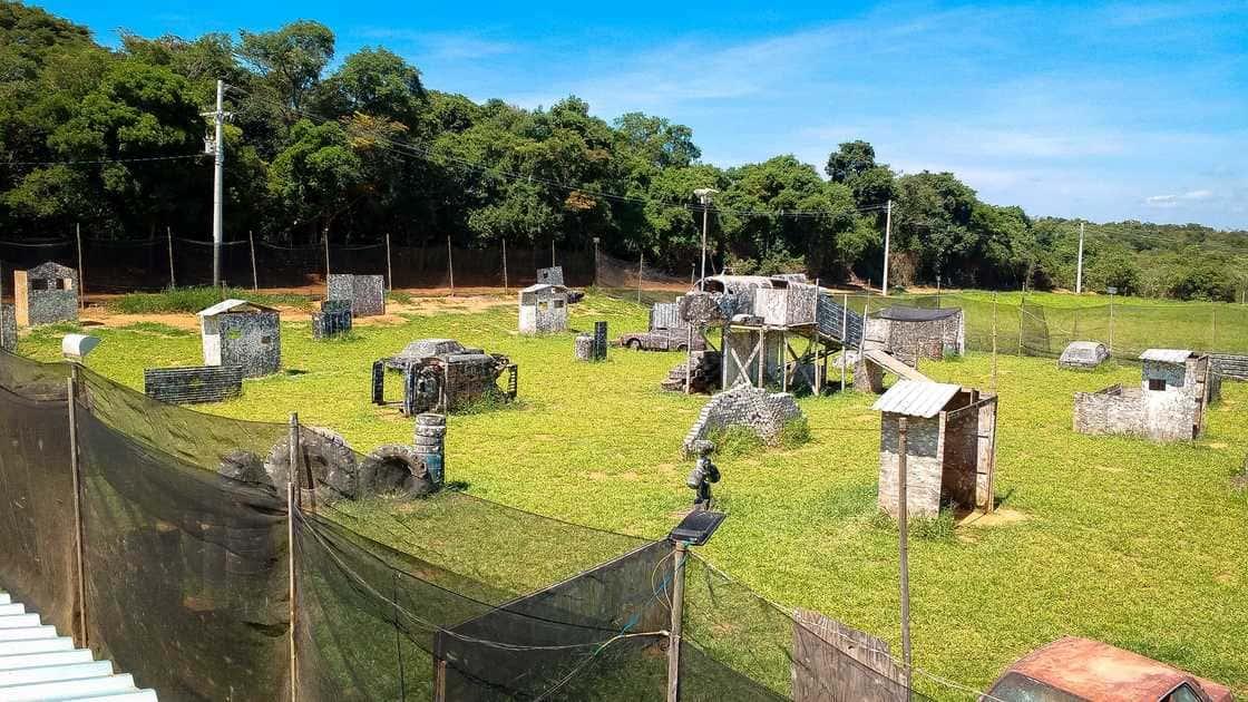 Vista de um campo de paintball