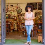 foto de uma mulher em frente a uma loja, representando o empréstimo para mei
