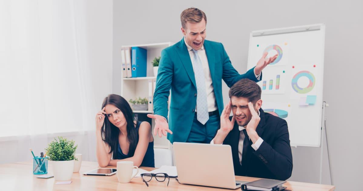 foto de um chefe gritando com seus funcionários, representando os erros de gestores ruins
