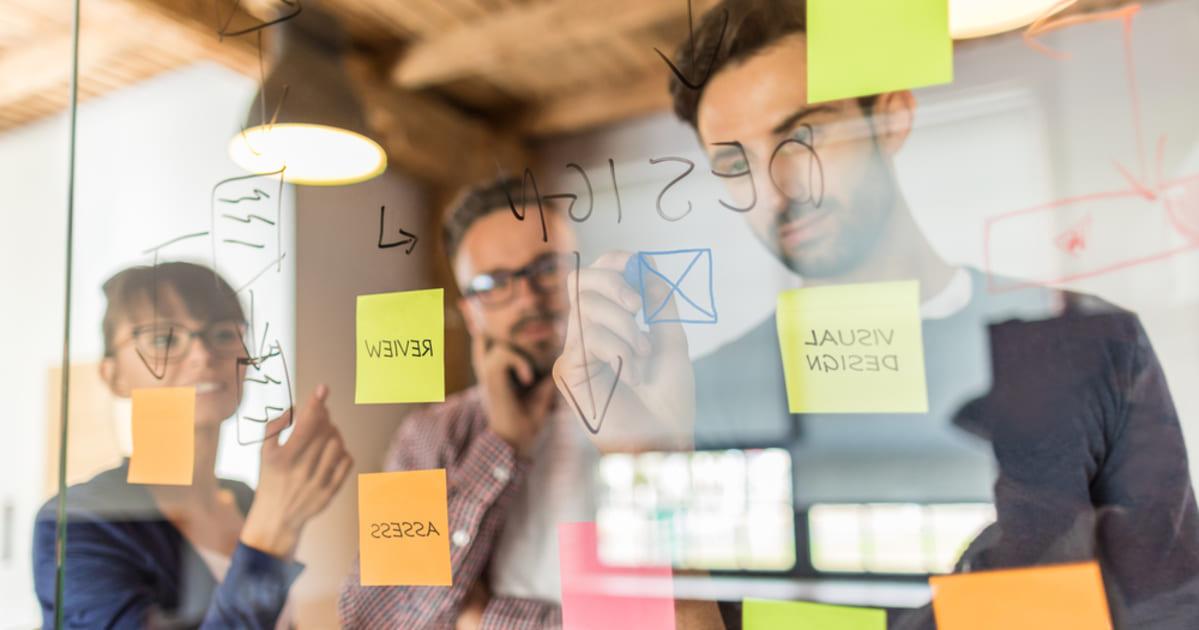 foto de algumas pessoas trabalhando em uma startup, representando a falta de profissionais qualificados