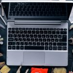 foto de um notebook com algumas ferramentas em volta, representando as ferramentas online