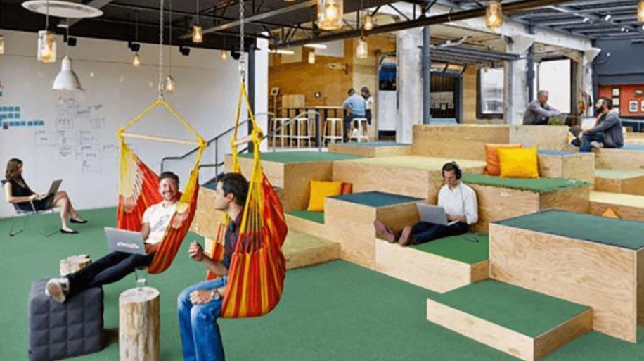 foto dos funcionários relaxando no padrão google de trabalho