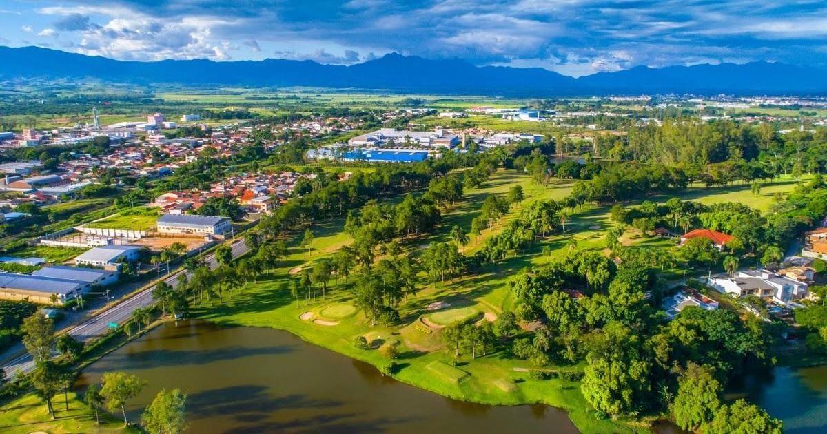 Imagem aérea da cidade para ilustrar como é grande e é uma boa aposta para abrir empresa em Guaratinguetá