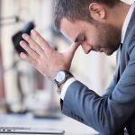 foto de um homem de negócios frustrado, representando onde não investir seu dinheiro