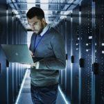 foto de um homem em meio a redes com um notebook, representando os profissionais competentes