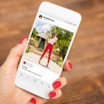 foto de uma mulher mexendo na rede social, representando como ganhar seguidores no instagram