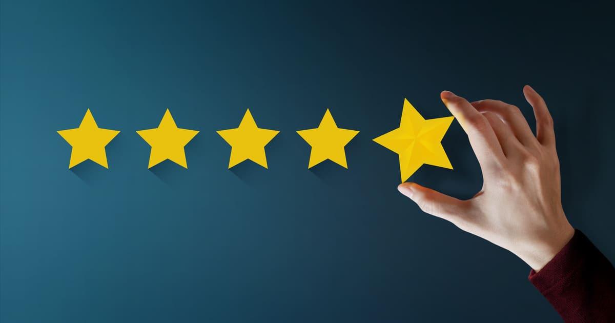 Imagem de um cliente dando uma nota de 5 estrelas depois que o escritório de contabilidade adotou o passo a passo para captar novos clientes