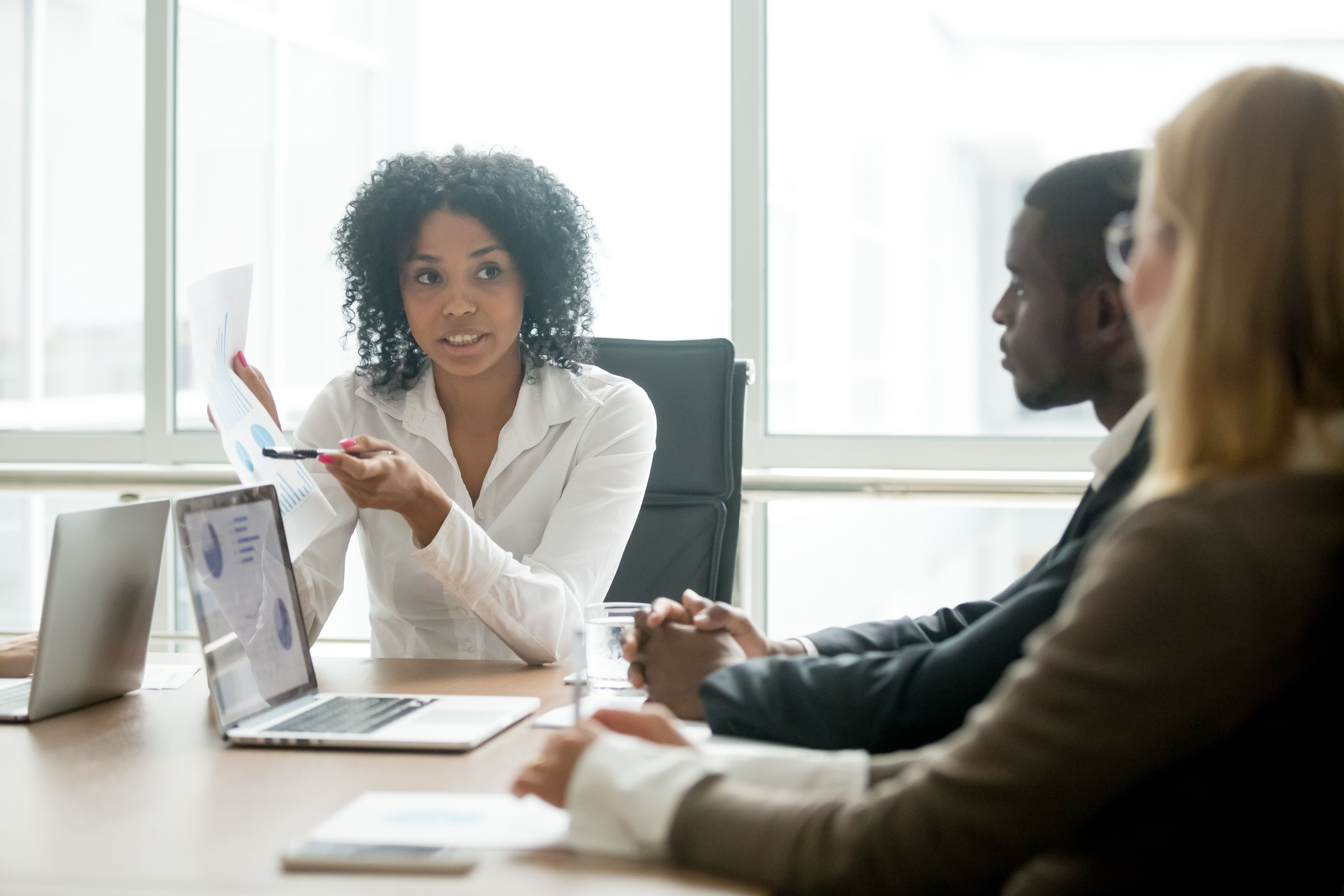 Foto de uma mulher dando uma consultoria para inspirar o empreendedor que deseja abrir um escritório de consultoria