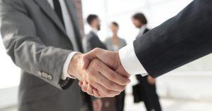 Imagem de duas pessoas apertando a mão pois acabaram de fechar negócio e vão empreender em Nova Friburgo