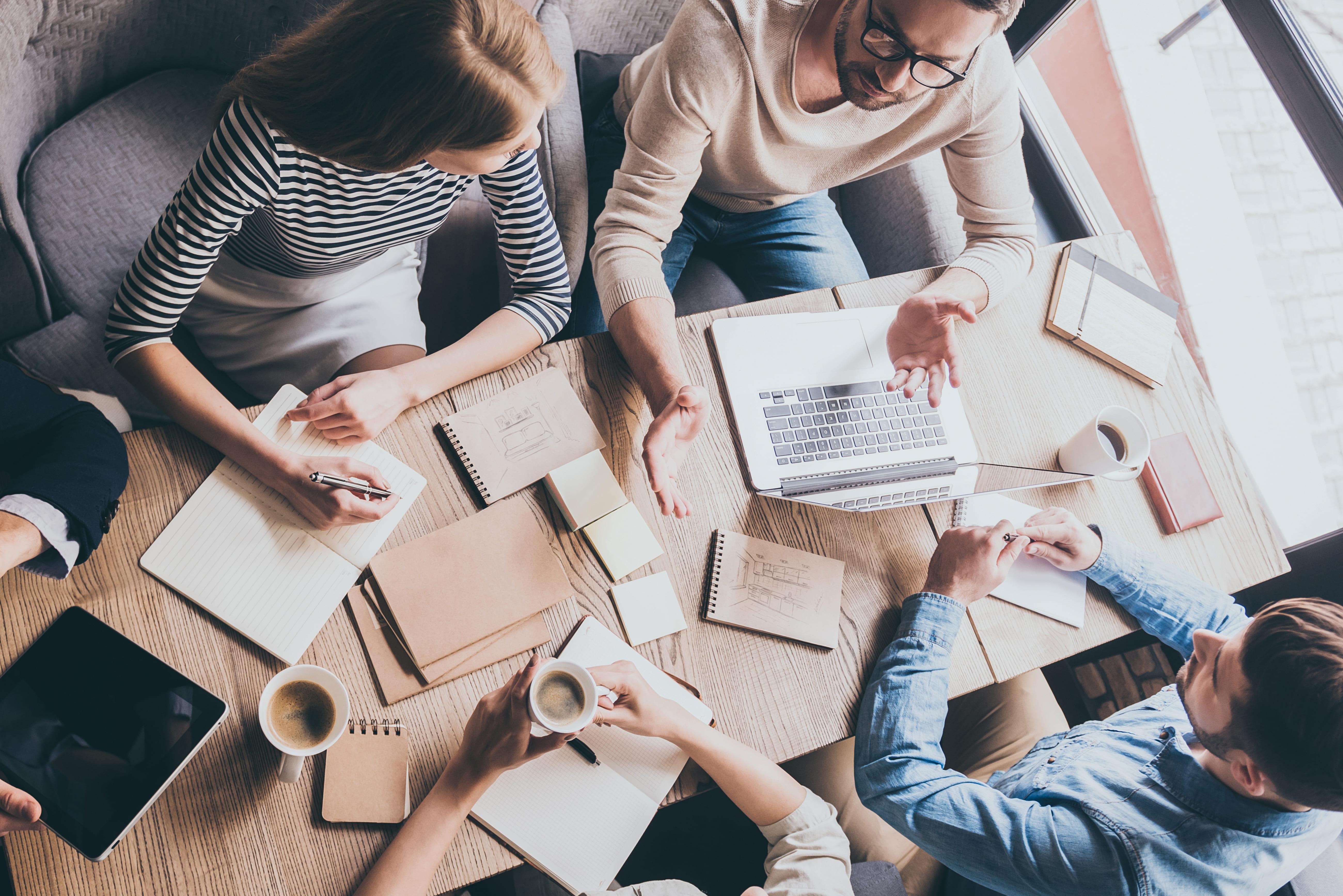 Imagem de vários empreendedores estudando as formas de empreender em Colombo