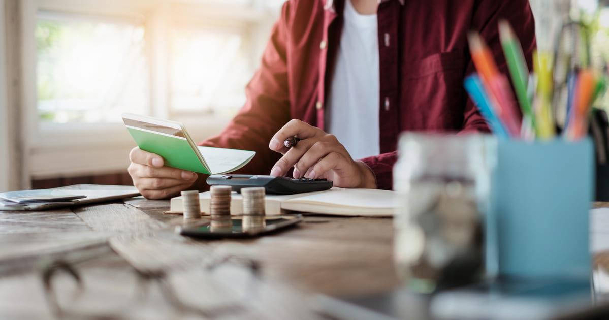 Imagem de um contador vendo a folha de salário dos seus contribuintes