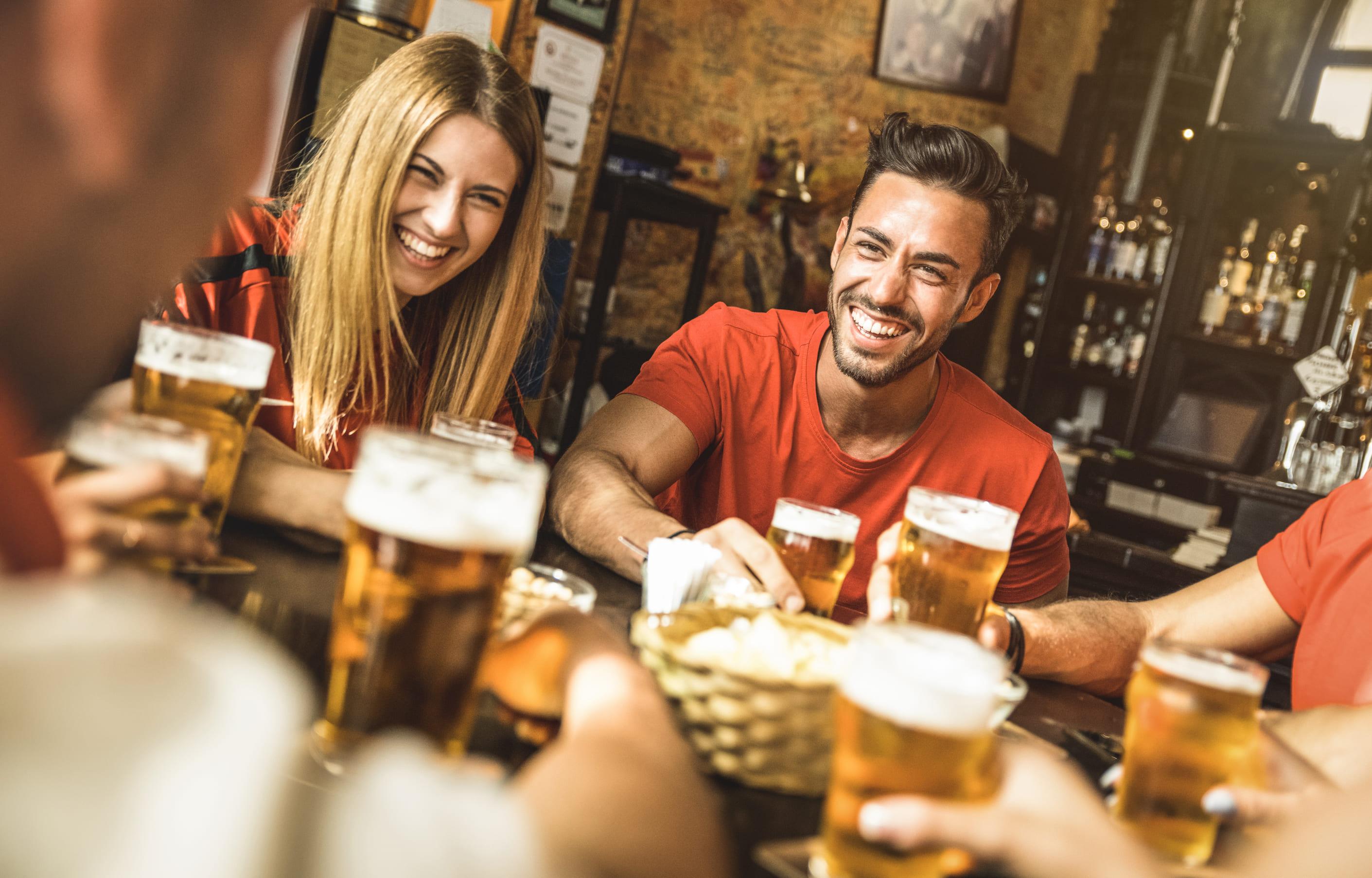 Imagem de amigos tomando cerveja depois que um empreendedor resolveu abrir um bar na cidade