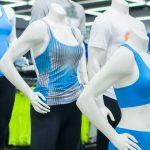 Imagem de manequins com roupas esportivas depois que o empreendedor buscou como abrir uma loja de con