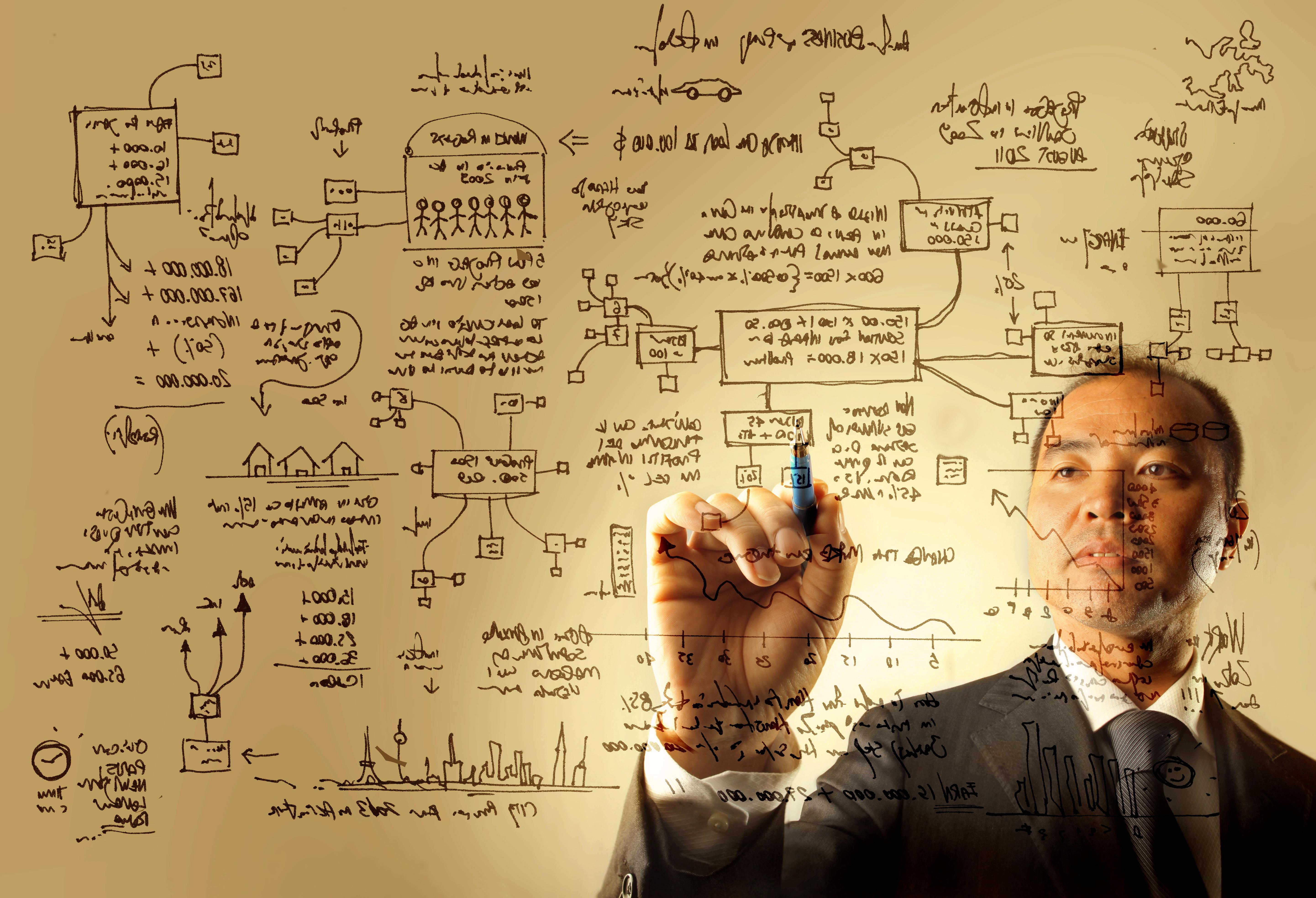 Homem elaborando o seu plano de negócios para abrir sua empresa